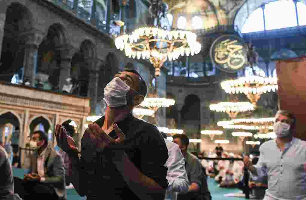 Muslim Turki melakukan salat Iduladha di masjid Hagia Sophia di Istanbul, Turki.