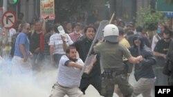 Demonstranti u Atini juče su vodili ulične bitke sa policajcima, tokom protesta protiv novih, strogih mera štednje za izbavljenje Grčke iz dugova