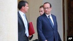 지난 25일 프랑스아 올랑드 프랑스 대통령(오른쪽)이 대통령 관저에서 나오고 있다. (자료사진)