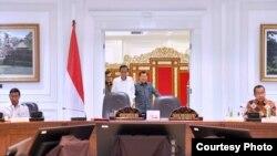 Presiden Joko Widodo dan Wakil Presiden Jusuf Kalla memimpin rapat terbatas terkait persiapan menghadapi Ramadhan dan Idul Fitri di kantor Presiden Jakarta, Senin 3/4. (Foto: Biro Pers Kepresidenan).