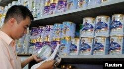 Un empleado de los Laboratorios Abbott chequea los productos con leche en polvo para retirar productos posiblemente contaminados.