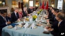 Le secrétaire d'Etat Rex Tillerson, au centre gauche, avec les diplomates chinois Yang Jiechi et Fang Fenghui, à Washington, le 21 juin 2017.