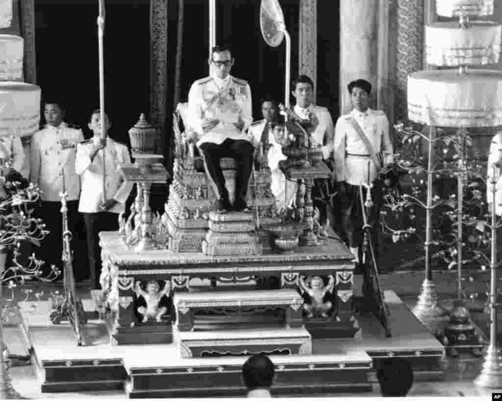 King Bhumibol convenes the first meeting of his country's National Reform Assembly in a ceremony held recently in Bangkok, Nov. 30, 1976.