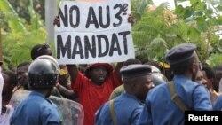 4일 브룬디 부줌부라에서 피에르 은쿠룬지자 현 대통령의 3선 출마에 반대하는 시위가 열렸다.