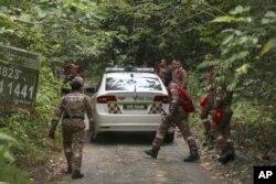 Anggota tim penyelamat memasuki hutan untuk melakukan operasi pencarian dan penyelamatan remaja putri Inggris yang dilaporkan hilang di Seremban, Malaysia, Rabu, 7 Agustus 2019.