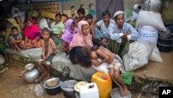 Người Hồi giáo Rohingya, vượt qua biên giới vào Bangladesh từ Myanmar, ngồi nghỉ ngơi trong một trại tị nạn Kutupalong, Bangladesh, ngày 23 tháng 10, 2017.