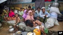 방글라데시 쿠투팔롱 난민촌으로 피난한 미얀마의 로힝야족 난민들이 지난 23일 휴식을 취하고 있다.