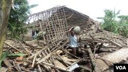 Korban angin ribut di kabupaten Sukoharjo, Jawa Tengah, di depan rumahnya yang hancur. (VOA/Yudha Satriawan)