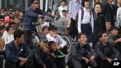 Warga Korea Utara menonton film yang diputar di lapangan dekat stasiun kereta api di Pyongyang (foto: ilustrasi). Pemerintah Korut berusaha membatasi dan mengendalikan akses terhadap informasi dari luar.