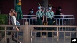 중국 베이징 천안문(톈안먼) 광장 인근에서 4일 톈안먼 민주화 운동 31주년을 맞아 경비가 강화됐다.
