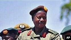 O presidente do Uganda, Yoweri Museveni passando a sua guarda de honra em revista, na cidade de Soroti.