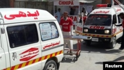 Ambulances from local NGOs rush to the scene of an attack on Pakistan's Hazara, Shi'ite minority, Oct. 09, 2017. (Abdul Sattar Kakar/VOA Urdu)