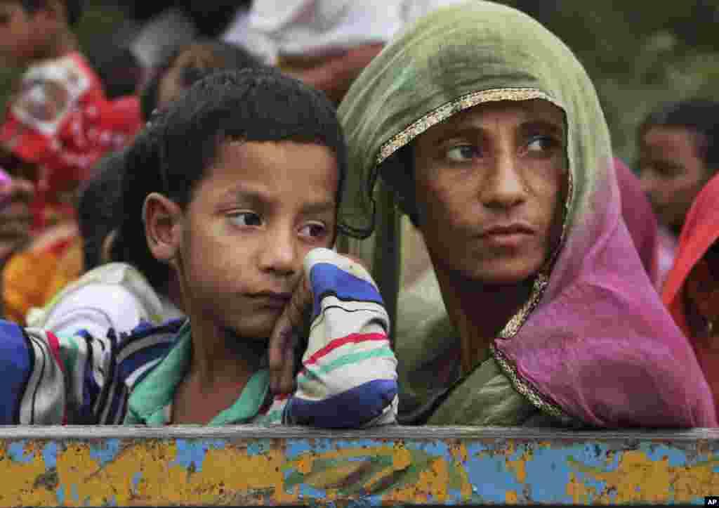 카슈미르에서 인도와 파키스탄의 교전이 벌어진 가운데, 인도 지역 주민들이 대피하고 있다.