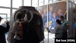 去年8月莫斯科航展中展出的使用過的國際航天站返回艙。 (美國之音白樺拍攝)