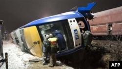 Cảnh sát xem xét hiện trường tai nạn tại làng Hordorf gần thủ phủ Magdeburg của bang Saxony-Anhalt, sáng Chủ Nhật 30/1/2011