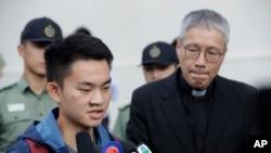 陈同佳(左)星期三在从香港监狱获释后对媒体讲话(美联社)