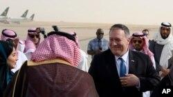 Waziri wa Mambo ya Nje Mike Pompeo, kulia mara baada ya kuwasili katika uwanja wa ndege wa kimataifa wa King Khalid, Riyadh, Jumatano, Feb. 19, 2020. (Andrew Caballero-Reynolds/Pool Photo via AP)