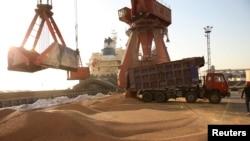 江苏南通一个港口正在装卸进口大豆的车辆 (路透社)