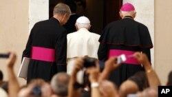 Benedicto XVI, como jefe de Estado, tendría derecho a ejercer la prerrogativa de gracia. Sin embargo, aún no la ha ejercido, lo que sugiere que desea que se realice el juicio.