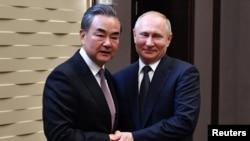 俄罗斯总统普京2019年5月13日在俄罗斯索契会见中国外长王毅。