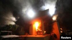 지난 2012년 9월 리비아 벵가지의 미국 영사관 건물이 무장세력의 공격으로 불에 타고 있다.