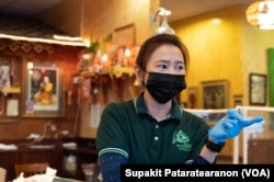 Pataporn Sriboonlue, a long-time staff Ruen Pair, a Thai restaurant in Thai Town, Los Angeles, CA, talked to VOA Thai about the Covid-19 impact on the restaurant.
