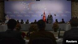 """Bosh vazir Erdog'an """"donolar qo'mitasi"""" yig'inida nutq so'zlamoqda. 4-aprel, 2013."""