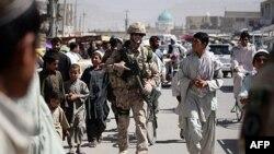 Binh sĩ Canada đi bộ với dân địa phương trong một cuộc tuần tra ở thành phố Kandahar