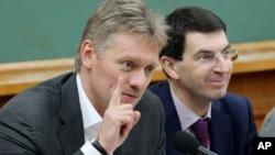 Juru bicara Kremlin Dmitry Peskov (kiri) memberikan penjelasan kebijakan Rusia terhadap Ukraina timur (foto: dok).