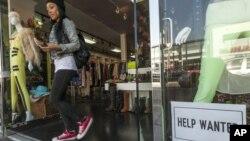 7일 미국 LA 한 의류매장의 진열장. (자료사진)