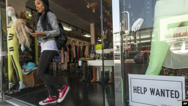 Cartel ofreciendo trabajo en una tienda de ropa en Los Ángeles. En noviembre se añadieron 146 mil nuevos empleos a la economía.