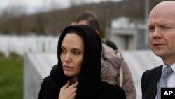 Glumica Anđelina Džoli i britanski šef diplomatije Vilijam Hejg u Srebrenici, 28. mart 2014.