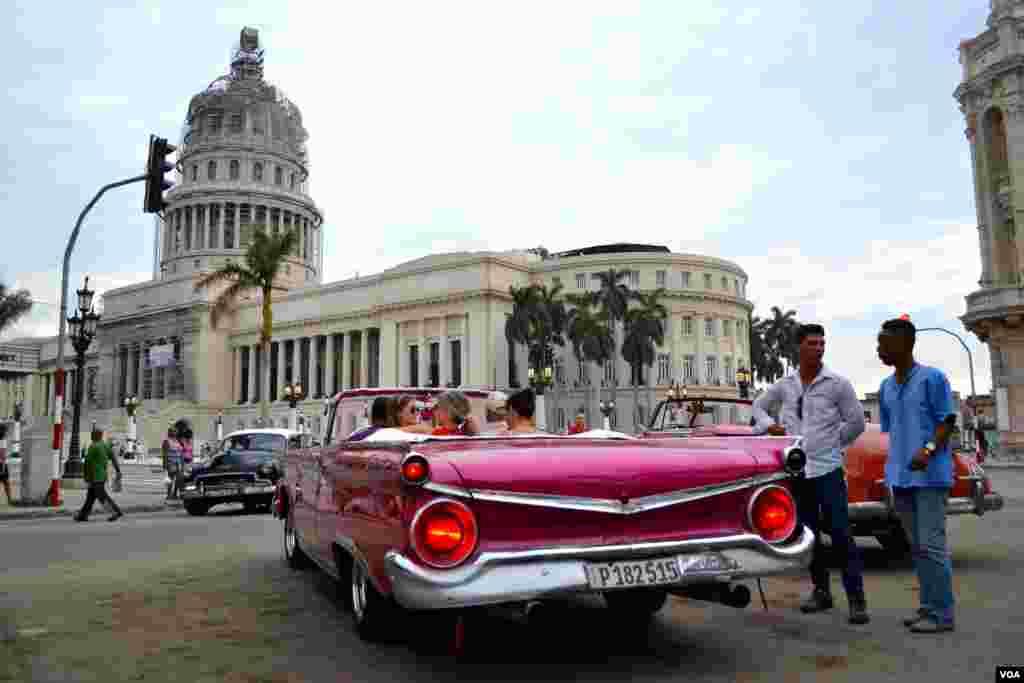 Scene outside Capitol building, Old Havana, Cuba (R. Taylor / VOA)