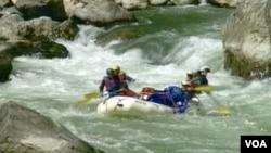 加州五月是湍流划艇季節(划艇業者貝絲麗萍斯提供)