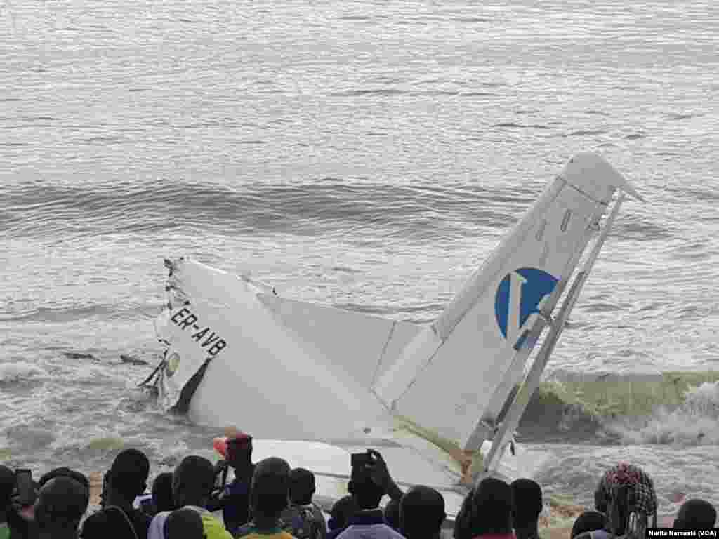 The tail of a plane that crashed into the sea off Abidjan, Ivory Coast, Oct. 14, 2017. (VOA / Narita Namasté)
