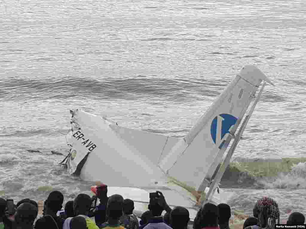 L'arrière de l'avion abîmé au bord de la mer au Port Bouet, au large d'Abidjan, Côte d'ivoire, 14 octobre 2017. (VOA/Narita Namasté)