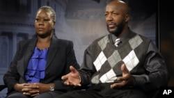 Los padres de Trayvon Martin hacen declaraciones a la prensa.