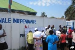 Une foule à la recherche d'informations devant le local de la CENI à Lubumbashi (novembre 2011)