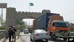 4일 아프간 나토군에 지원하는 보급품을 실은 차량이 파키스탄 영토를 통과하고 있다.