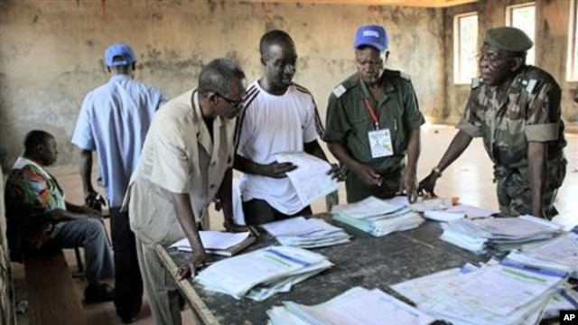 Guinean election officials tabulate some election results at Matoto's city hall in Conakry, Guinea, 09 Nov 2010