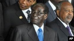 Le président Robert Mugabe dans une photo prise avec d'autres chefs d'états africains lors sur Sommet annuel de l'Union africaine, après son accession à la tête de l'Union afriaince, vendredi 30 janvier 2015.