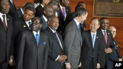 Zimbabwe's President Robert Mugabe, left, Somalia's President Hassan Sheikh Mohamud, center-left, United Nations Secretary-General Ban ki-Moon, center-right, and Ethiopia's Prime Minister Hailemariam Desalegn, 2nd right, pose with other African leaders for a group photograph at the annual African Union (AU) summit, held at the AU headquarters in Addis Ababa, Ethiopia Friday, Jan. 30, 2015. (AP Photo/Elias Asmare)