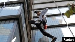"""Pemanjat asal Perancis, Alain Robert, atau yang dijuluki """"Spiderman"""" mencoba memanjat Menara Heron di distrik bisnis London, Inggris, 25 Oktober 2018."""
