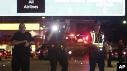 Pripadnici policije na ulazu u Medjunarodni aerodrom u Nju Orleansu, Luizijana, 21. mart 2015.