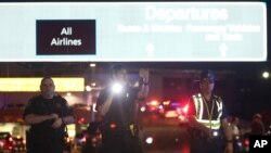 Para petugas keamanan di pintu masuk Bandara Internasional New Orleans (20/1). (AP/Jonathan Bachman)