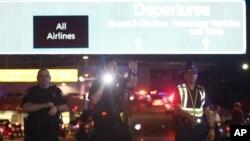 Policías dirigen el tráfico frente a la entrada del aeropuerto de Nueva Orleans, donde un hombre armado con un machete causó pánico el viernes por la noche.