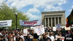 볼티모어 시위대가 2일 경찰의 강제 진압에 항의하는 시위를 벌이고 있다.