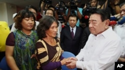 """Ông Amadeo Perez thay mặt tổng thống và nhân dân Philippines xin lỗi gia đình và bày tỏ """"sự hối tiếc sâu sắc"""" đối với cái chết của ngư phủ Hồng Thạch Thành."""
