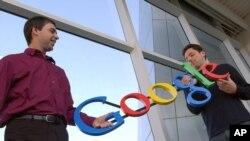 En esta foto de archivo del 15 de enero de 2004, los cofundadores de Google, Larry Page, izquierda, y Sergey Brin posan en la sede de la empresa