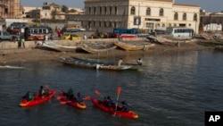 Un groupe de jeunes sénégalais font du kayak sur le fleuve Sénégal, à Saint-Louis, Sénégal, 18 mai 2013.